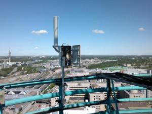 Kuvassa 5,7 GHz majakka asennuspaikallaan, lähtö yli kaupungin on varsin hyvä.